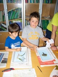 En esta foto mostramos dos niños que participaron elaborando su pliego